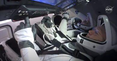 NASA  SpaceX விண்வெளி வீரர்கள் Return to Earth. Splashdown  45 ஆண்டுகளில் முதல் முறையாக