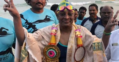 இலங்கை தலைமன்னார்  இருந்து தனுஷ்கோடி வரை 30 km  தூரத்தை  நீந்திக் கடந்த பெண்